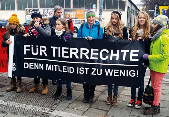 Die Bayerische Tierschutzjugend demonstriert vor dem Circus Krone.