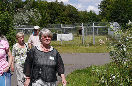 Evelyn Hain ist unter anderem Patin des Hundeprojektes in Weidefeld.