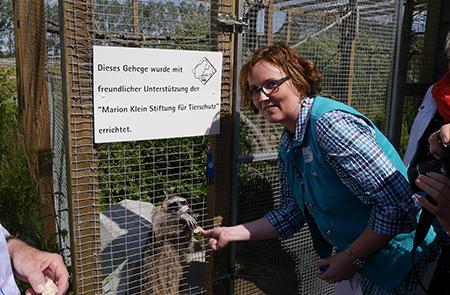 Marion Klein bei der Eröffnung des neuen Freilaufgeheges für die Waschbären, das sie mit ihrer Stiftung ermöglicht hat.