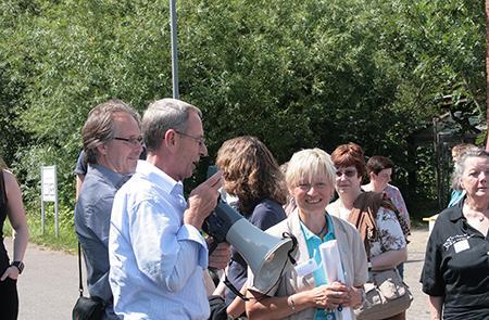 Katrin Umlauf (rechts im Bild), Leitung des Tierschutzzentrums Weidefeld, bei der Führung der Paten über das Gelände.