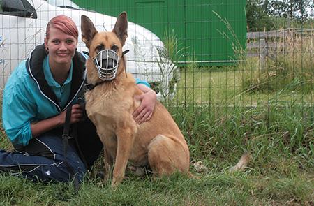 Jacqueline Knuth, Tierpflegerin in Weidefeld mit Malinois Garmin, einem der Hunde aus dem Hundeprojekt in Weidefeld.