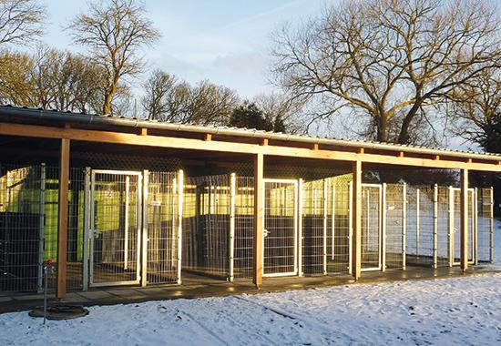 Drei neue Container mit überdachten Außenbereichen bieten alle Voraussetzungen für eine moderne Quarantänestation.