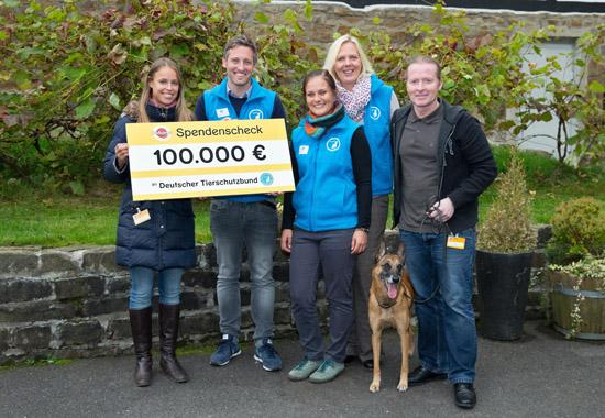 Einen Scheck über 100.000 Euro übergaben Juliane Framing (links, Pedigree) und Joey Kelly mit Hund Switch (rechts) an die Mitarbeiter des Deutschen Tierschutzbundes.
