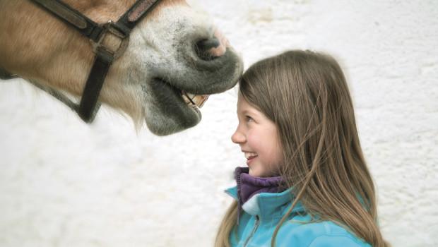 Mädchen mit Pferd - Ein Stupser Glück.