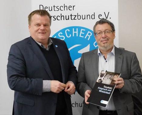 Thomas Schröder übergibt Staatssekretär Peter Knietsch das Schwarzbuch des Deutschen Tierschutzbundes.