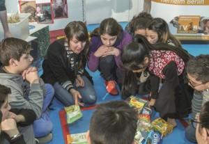 """Eine Gruppe Jugendlicher nimmt an einer Unterrichtsstunde zum Thema """"Tierschutz im Einkaufskorb"""" teil."""
