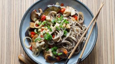 """Rezept Soba-Nudeln mit Gemüse und Erdnüssen aus dem Buch """"Vegan einfach schnell"""" von Ruediger Dahlke."""