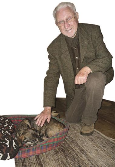 """Arthur Sudau genießt die Zeit mit Dackel Nicki. Vor der """"Adoption"""" lebte Nicki auf dem Sonnenhof."""