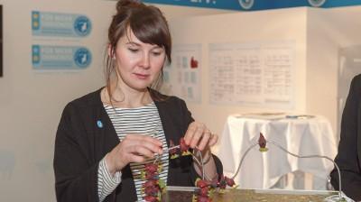 Irmina Madaj, Referentin in der Jugendabteilung des Deutschen Tierschutzbundes, am Labelstand.