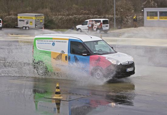 Beim ADAC-Fahrsicherheitstraining lernen die Fahrer, auch unter erschwerten Bedingungen mit dem neuen Fahrzeug auf der Spur zu bleiben.