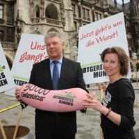 """Das Aktionsbündis """"Artgerechtes München"""" übergibt Dieter Reiter 30.000 Unterschriften. Rechts im Bild: Stephanie Weigel."""