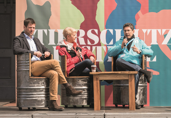 Dr. Robert Landsiedel, BASF SE Ludwigshafen, (links) und Roman Kolar, stellvertretender Leiter der Akademie für Tierschutz des Deutschen Tierschutzbundes, diskutieren über Alternativmethoden zu Tierversuchen, moderiert von Ines Krüger, erste Vorsitzende des Tierschutzvereins für Berlin.