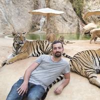 """Posen für das """"coole"""" Foto: Der """"Tiger-Tempel"""" in Thailand steht wegen Misshandlung der Tiger und Verstrickung in den illegalen Tierhandel in der Kritik."""