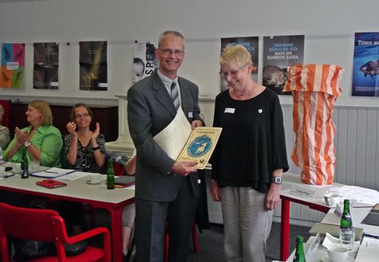 Übergabe der Ernennungsurkunde zur Ehrenvorsitzenden von Dieter Ruhnke, Vorsitzender des Deutscher Tierschutzbund Landesverband Niedersachsen, an Vera Steder.