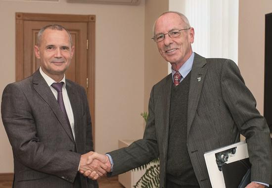 Wolfgang Apel, Ehrenpräsident des Deutschen Tierschutzbundes (rechts), beim Treffen mit Gennadij Plis, Erster Stellvertreter des Oberbürgermeisters von Kiew.