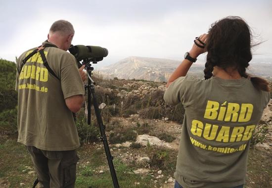 """Mitarbeiter des """"Komitees gegen den Vogelmord"""" halten nach Vogeljägern Ausschau."""