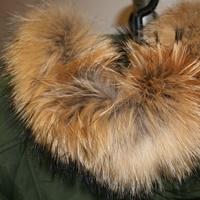 Eine Jacke mit Echtfell.