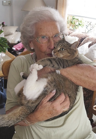 """Hannelore Bauer (83) mit Katze Mucki (13). Das Projekt """"Senioren für Senioren"""" hat die beiden zusammengebracht."""