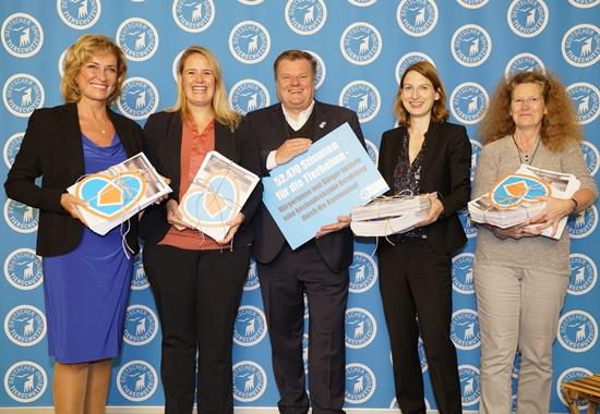 V. l. n. r.: Dagmar Wöhrl, MdB (CSU), Christina Jantz-Herrmann, MdB (SPD), Thomas Schröder, DTSCHB, Nicole Maisch, MdB (Grüne) und Birgit Menz, MdB (Linke) bei der Übergabe der Petition.
