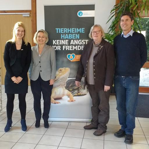 Reineke Hameleers (1.v.l.), Direktorin, und Britta Riis (2.v.l.), Präsidentin der Eurogroup for Animals, haben Dr. Brigitte Rusche, Vizepräsidentin des Deutschen Tierschutzbundes, und Roman Kolar, stellvertretender Leiter der Akademie für Tierschutz, in Neubiberg besucht. Der Deutsche Tierschutzbund ist Gründungsmitglied der Eurogroup for Animals und setzt sich in diesem europäischen Dachverband gemeinsam mit den führenden Tierschutzverbänden Europas für Tiere ein.