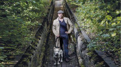 Genießen die freie Zeit: Schauspieler Jan Josef Liefers zusammen mit seinem Hund Tony.