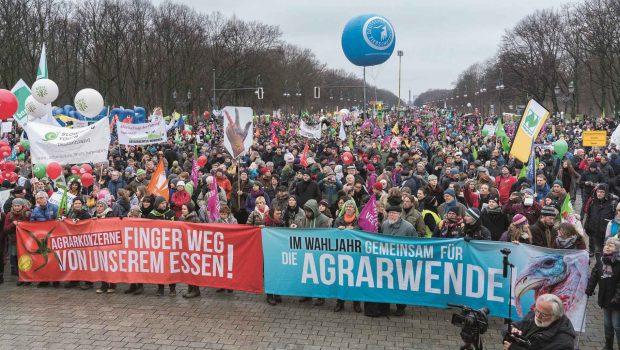 Im Rahmen der Internationalen Grünen Woche in Berlin haben 18.000 Menschen für eine Wende in der Agrarpolitik demonstriert.