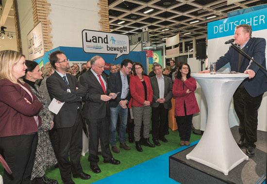 Eine bunte Kulisse aus Bundes- und Landespolitik lauscht interessiert der Eröffnung des Tierschutzlabel-Empfangs durch Thomas Schröder, Präsident des Deutschen Tierschutzbundes.