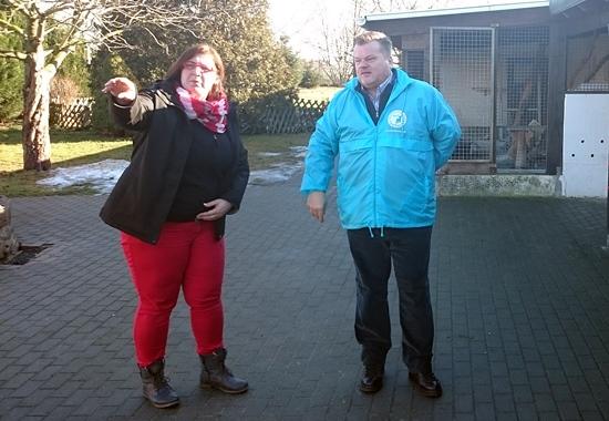 Simone Ewald, erste Vorstandsvorsitzende des Tierschutzvereins Delitzsch, und Thomas SChröder, Präsident des Deutschen Tierschutzbundes beim Rundgang über das Tierheimgelände.