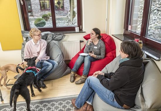Nadia Wattad, Redaktionsleitung von DU UND DAS TIER (Mitte), im Gespräch mit Svenja Finger (links) und Laura Summan (rechts) von Protel Hotelsoftware.