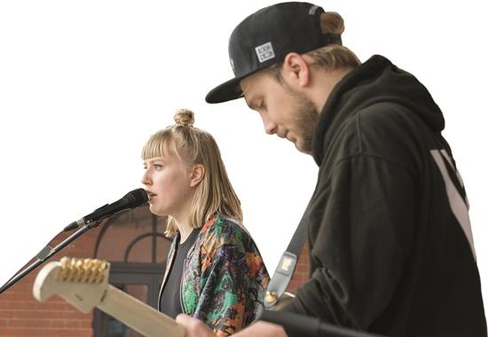 Künstlerin Lea singt für die Gäste des Tierschutzfestivals in Berlin.