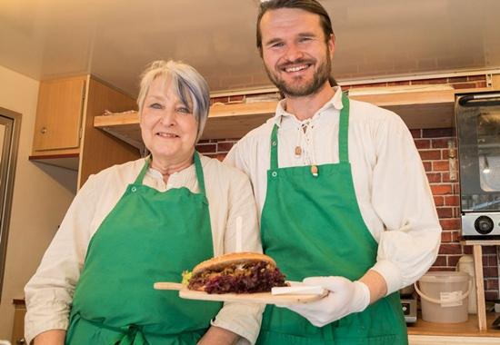 Tarja Schinkel aus Finnland und Eduard Repp aus Kasachstan bieten vegane russische Gerichte an.