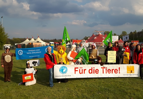 Tierschützer des Tierschutzvereins für Berlin demonstrieren für ein Wildtierverbot im Zirkus.