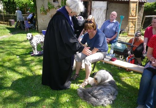 Pastorin Elke Schenk segnet im Gottesdienst Mensch und Tier.