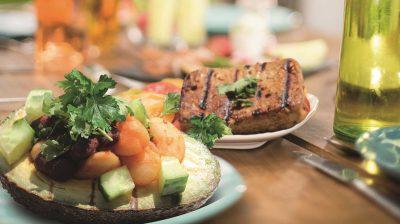 """Vegane Grillparty. """"Barbecue-Avocados mit Bohnen in Bourbon-BBQ-Sauce"""" und """"Pfeffriges Tofusteak"""" aus dem Buch """"Vegan grillen kann jeder""""."""