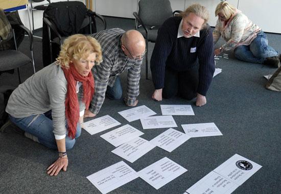 Teilnehmer probieren im Rahmen des Workshops die Domino-Methode aus. Damit können sie Inhalte spielerisch vermitteln oder überprüfen.