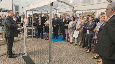 Thomas Schröder, Präsident des Deutschen Tierschutzbundes, spricht vor der bunten Kulisse der zahlreich erschienenen politischen Vertreter.