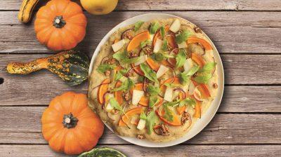 Es muss nicht immer Pizza Funghi sein. Kürbis macht sich als Belag ganz hervorragend und schmeckt dazu auch noch fantastisch.