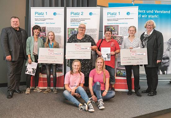 Thomas Schröder, Präsident des Deutschen Tierschutzbundes (links), und Dr. Brigitte Rusche, Vizepräsidentin des Deutschen Tierschutzbundes (rechts), mit den Gewinnern des Adolf-Hempel- Jugendtierschutzpreises in Potsdam.