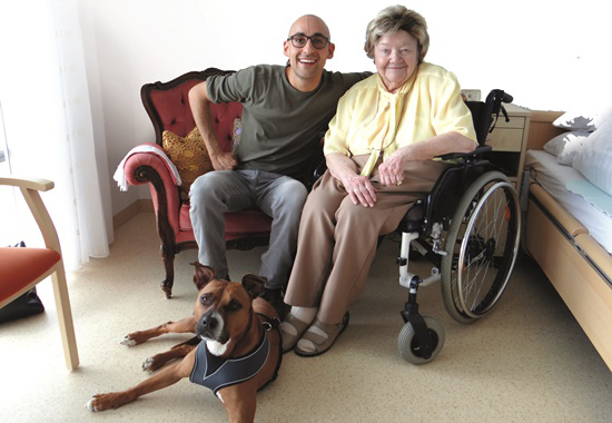 Marcel Yousef beim Besuch von Elisabeth Enderle im Seniorenheim.