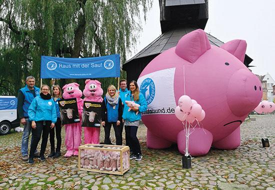 Tierschützer des Deutschen Tierschutzbundes machen in einer Aktion in Lüneburg auf die tierschutzwidrigen Zustände in der Sauenhaltung aufmerksam.