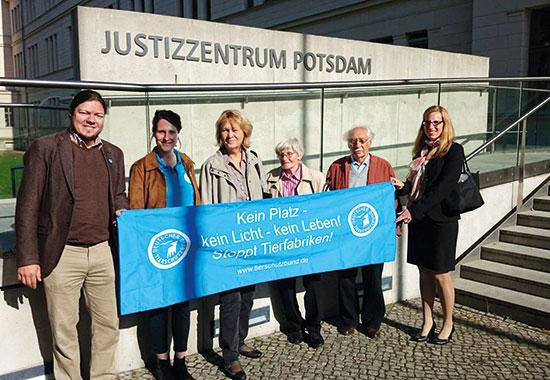 Mitarbeiter und Mitstreiter des Deutschen Tierschutzbundes vor dem Justizzentrum Potsdam.