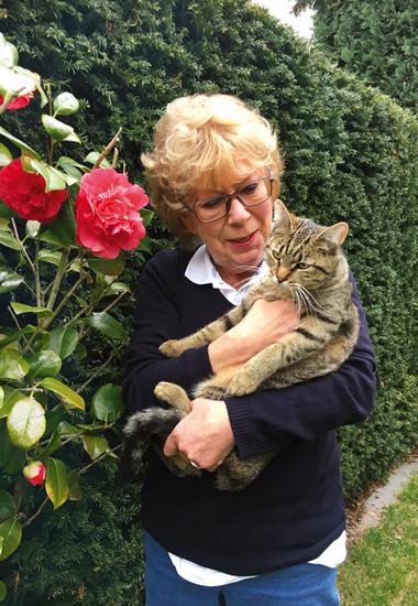 Doris Monréal, die Mutter von Katzenhalterin Sandra, schmust mit Lissy.