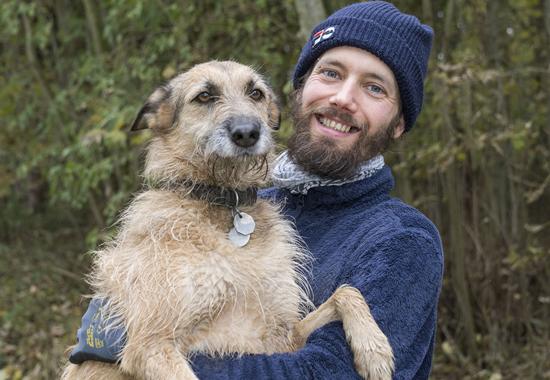 Tierpfleger Patrik Stein kümmert sich im Tierschutzzentrum Weidefeld um Hunde und um Wildtiere.