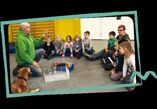 Volker Klann vom Tierheim Münster zeigte den Kindern, wie sie richtig mit Tieren umgehen.