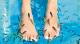 Fish-Spas sind der neueste Schrei. Manche Menschen besuchen sie aus medizinischen Gründen, andere der Schönheit wegen. Kangalfische heißen die kleinen Helferlein, die Leidgeplagte von abgestorbenen Hautschüppchen befreien.
