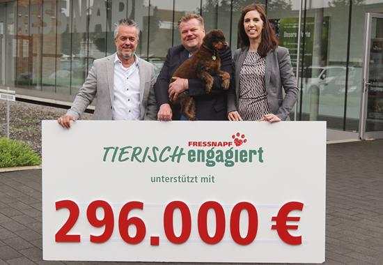 (v. l.) Fressnapf-Gründer Torsten Toeller, Thomas Schröder, Präsident des Deutschen Tierschutzbundes, und Claudia Bethke, Nachhaltigkeitsmanagerin bei Fressnapf.