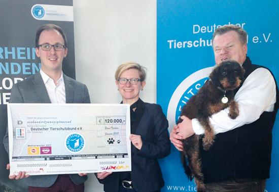 Raoul Hamacher (l.) von Mars Petcare mit Stephanie Schröder, Geschäftsführerin Marketing und Organisation, und Präsident Thomas Schröder (beide Deutscher Tierschutzbund).