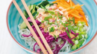 An warmen Sommertagen sind leichte Gerichte mit frischen Zutaten genau das Richtige. Wie wäre es zum Beispiel mit einer veganen Thai Bowl?