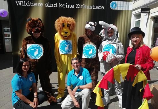 Kostümiert informierte ein Team des Deutschen Tierschutzbundes und des Landesverbandes Rheinland-Pfalz Passanten über die Qual von Tieren in Zirkussen.