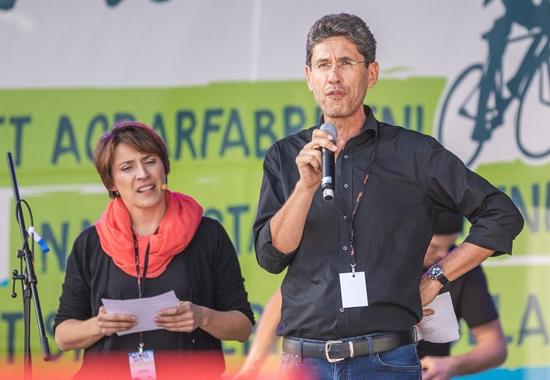"""Roman Kolar, Leiter der Akademie für Tierschutz des Deutschen Tierschutzbundes, bei der Demo """"Mia ham's satt!""""."""